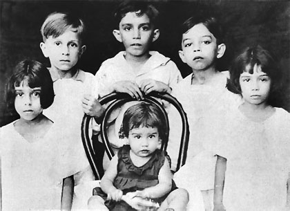 1935, Gabriel García Márquez (centro, aos 8 anos de idade).